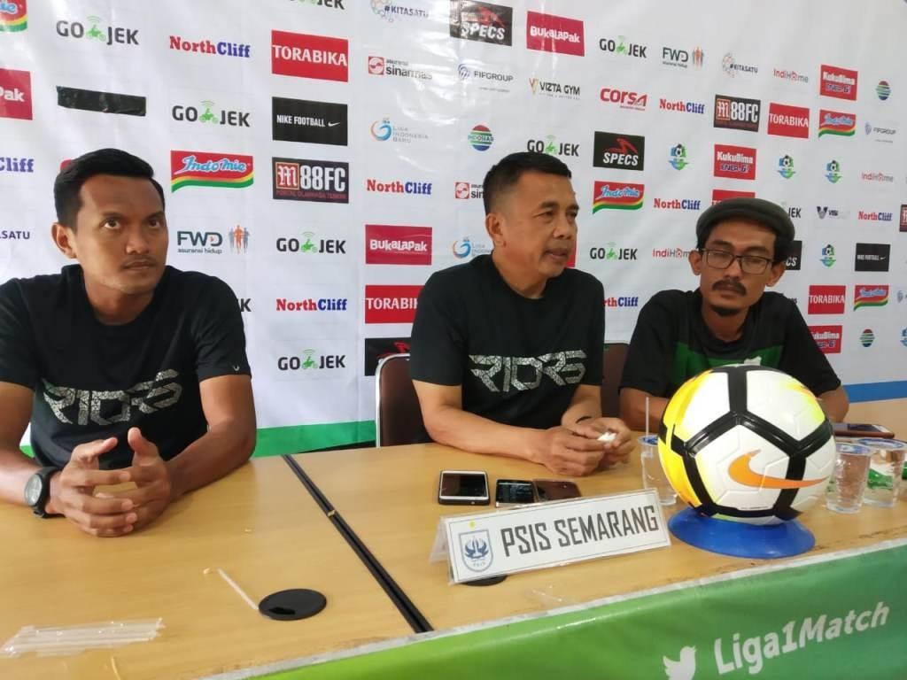 Pelatih PSIS Semarang, Jafri Sastra (tengah) (MI/Puji Santoso)