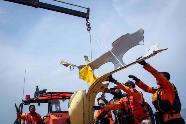 Ilustrasi. Petugas Basarnas mengevakuasi puing-puing pesawat Lion Air bernomor registrasi PK-LQP. Foto: Antara/Aprilio Akbar