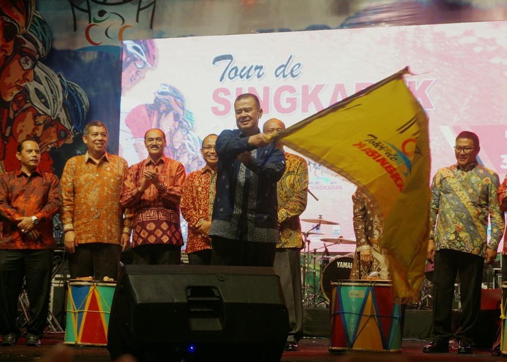 Drs. H. Nasrul Abit selaku Wakil Gubernur Sumatera Barat turut bersyukur event Tour de Singkarak (Foto: Tesar/Medcom.id)