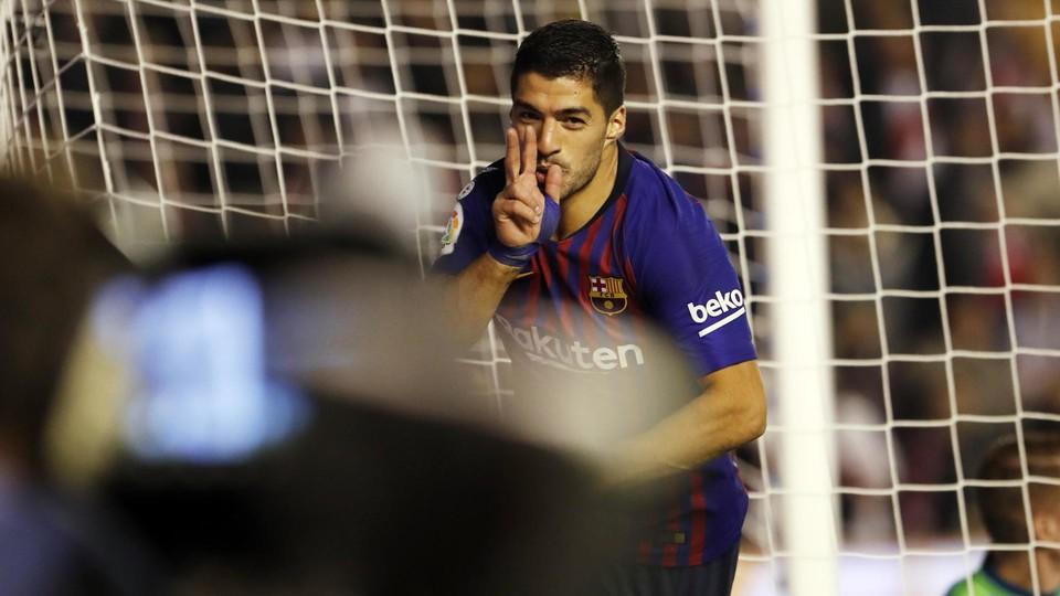 Luis Suarez berselebrasi usai mencetak dua gol ke gawang Vallecano (Foto: Barcelona)