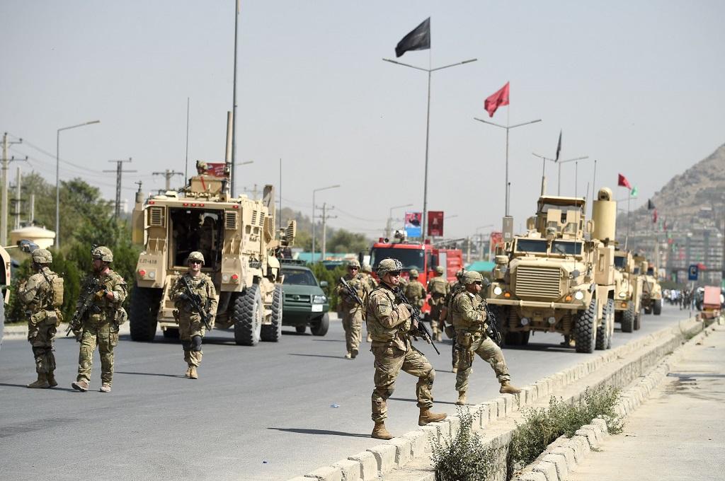 Pasukan Afghanistan dan AS sama-sama memeriksa lokasi serangan bom mobil di Kabul. (Foto: AFP)