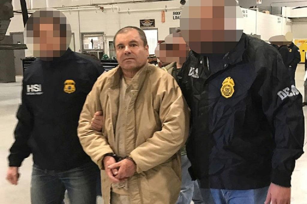 Joaquin Guzman (tengah) dikawal dua polisi di Ciudad Juarez, Meksiko Januari 2017. (Foto: INTERIOR MINISTRY OF MEXICO/AFP/File / HO)