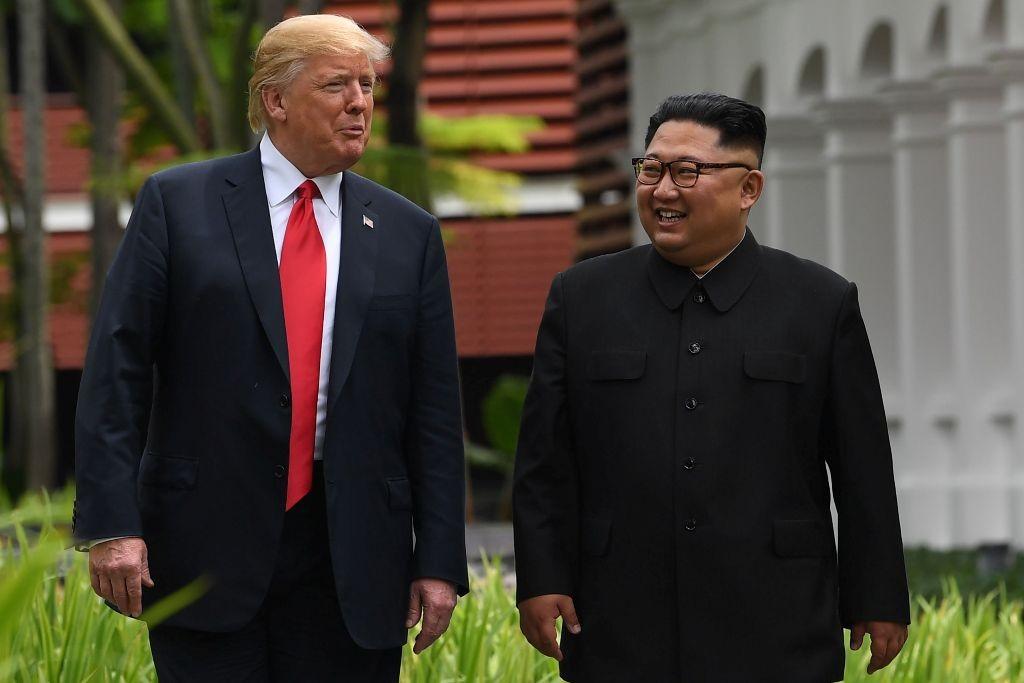 Presiden AS Donald Trump dan Kim Jong-un saat bertemu di Singapura, Juni 2018. (Foto: AFP)