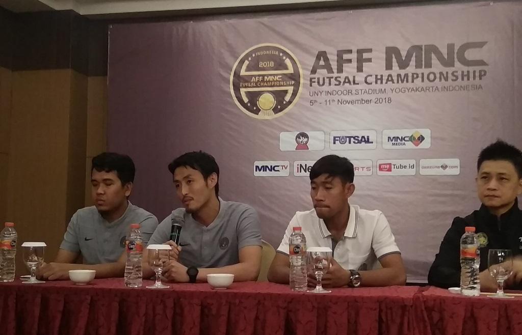 Pelatih tim futsal Indonesia, Kensuke Takahashi (kedua kanan). (Foto: Medcom.id/Ahmad Mustaqim)