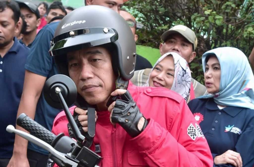 Ngulik helm racikan lokal yang digunakan Presiden Joko Widodo blusukan di Tangerang. Kris/Setpres RI
