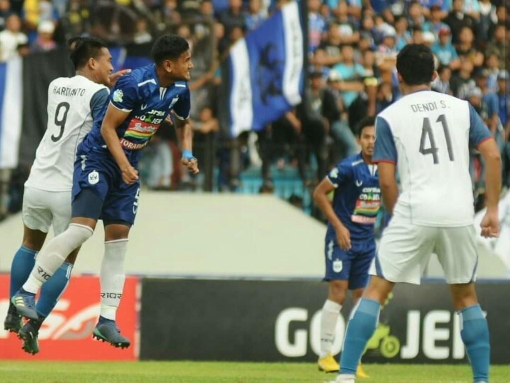 Pemain Arema FC berjibaku dengan pemain PSIS Semarang (foto: Arema FC)