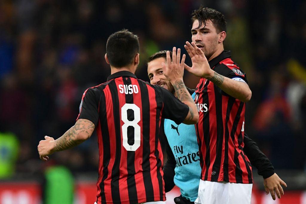 Bek AC Milan, Alessio Romagnoli (kanan), merayakan golnya bersama Suso (AFP/Miguel Medina)