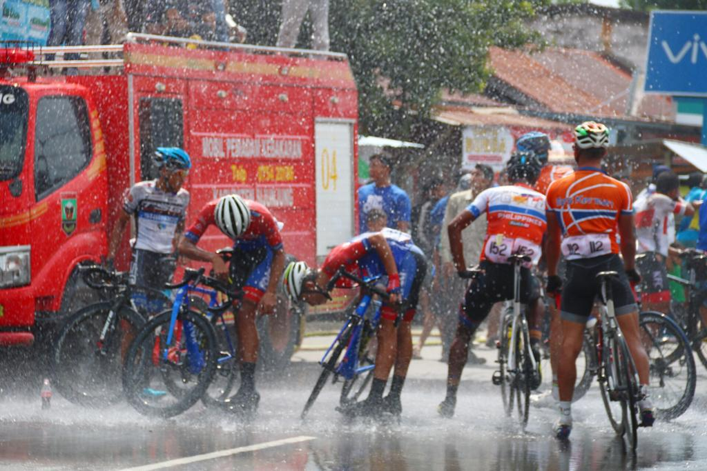 Suasana setelah insiden di etape 1 Tour de Singkarak 2018. (Foto: Humas TdS)