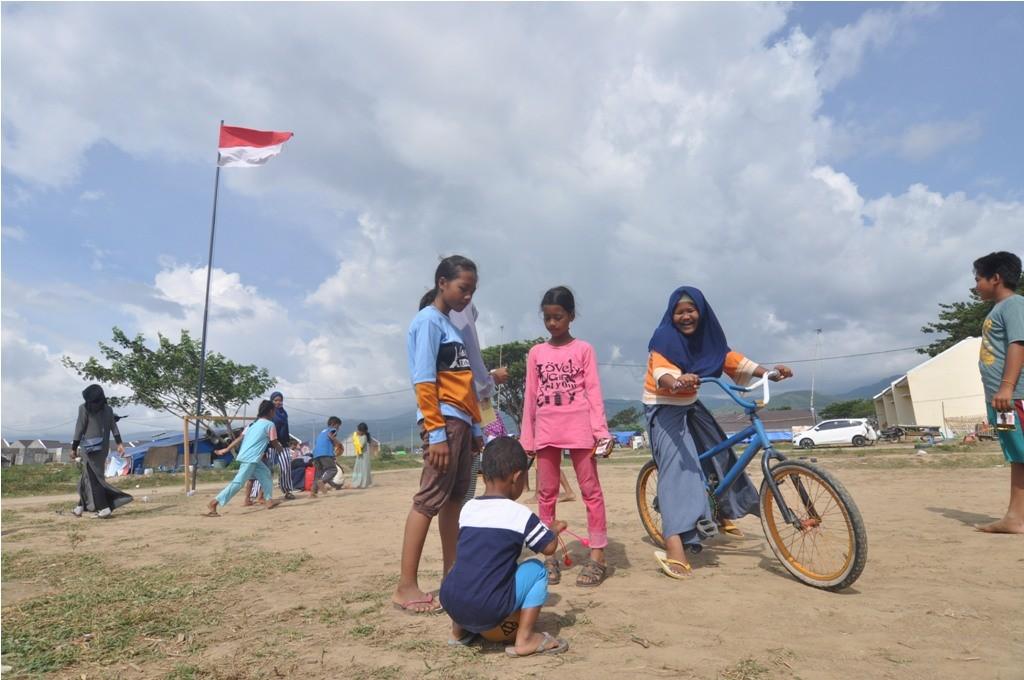 Sejumlah anak korban gempa dan pencairan tanah (likuefaksi) bermain di lokasi pengungsian di Desa Lolu, Sigi, Sulawesi Tengah, Minggu (4/11/2018).