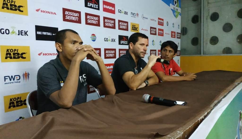Pelatih Persipura Oswaldo Filho (tengah) saat melakukan konferensi pers (Foto: Andi Aan Pranata/Medcom.id)