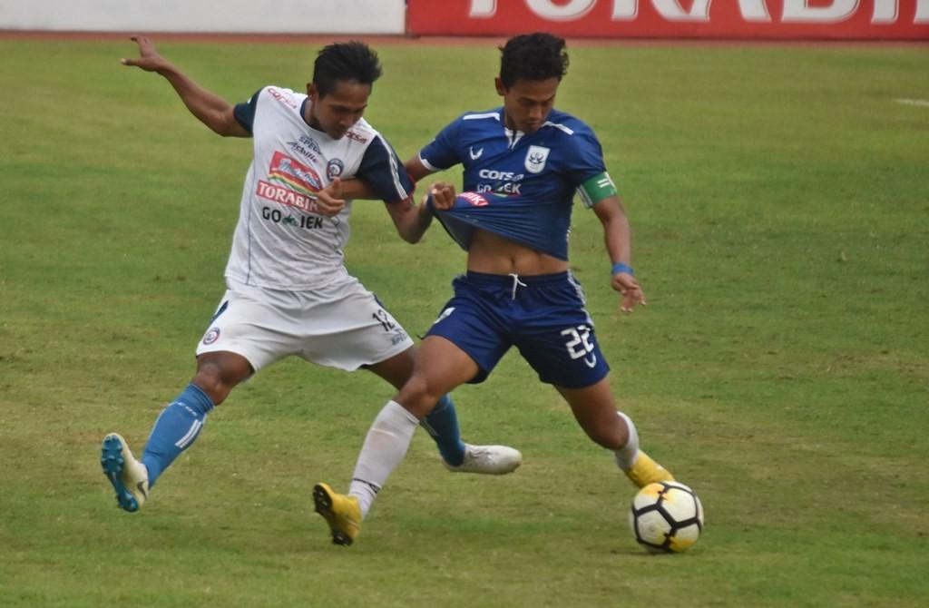 Duel Hari Nur Yulianto (kanan) dengan Hendro Siswanto pada laga PSIS kontra Arema (Foto: Aditya Pradana/Antara)