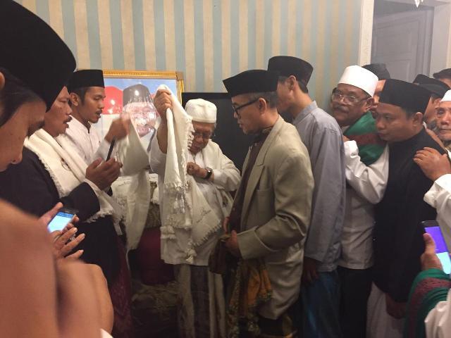 Calon wakil presiden nomor urut 01 Ma'ruf Amin menerima sejumlah ulama dari Jakarta Timur--Medcom.id/M Sholahadhin Azhar.