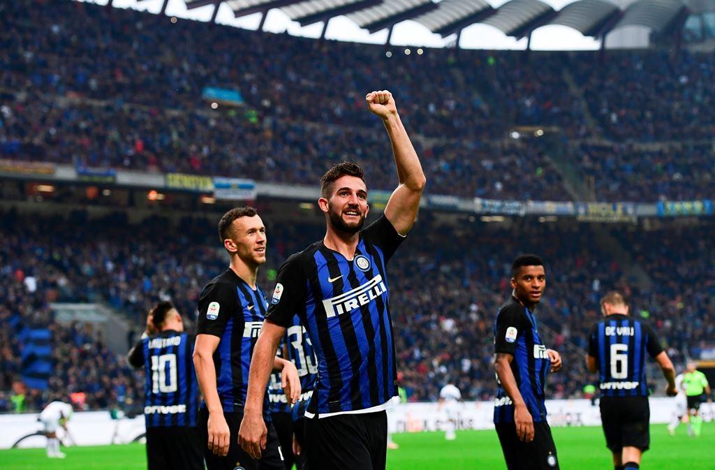 Roberto Gagliardini merayakan gol yang dicetaknya saat Inter mencukur Genoa 5-0 di Giuseppe Meazza (Foto: AFP/Miguel MEDINA)