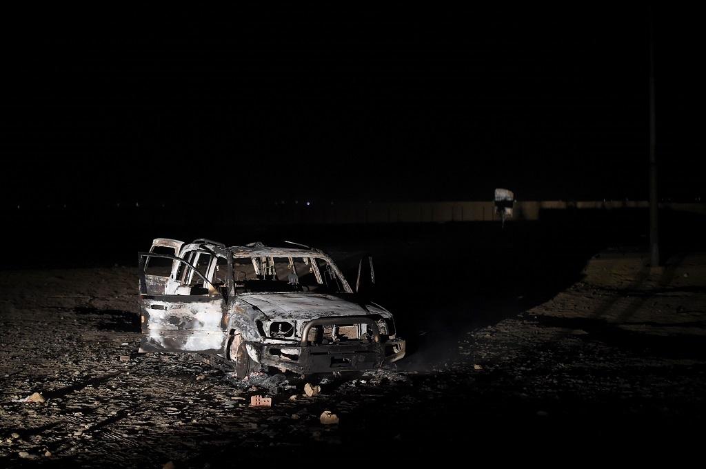 Sisa-sisa dari sebuah mobil terlihat pada 2 November 2018. Mobil itu diduga digunakan militan ISIS saat menyerang dua bus berisi jemaat Kristen Koptik di Minya, Mesir. (Foto: AFP/MOHAMED EL-SHAHED)