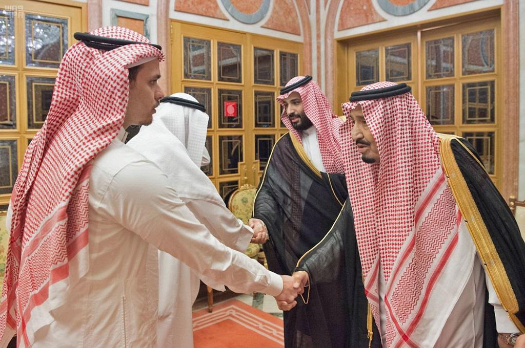 Raja Salman dan Pangeran Mohammed menemui keluarga dari Jamal Khashoggi di Riyadh, Arab Saudi, 23 Oktober 2018 (Foto: AFP/SPA)