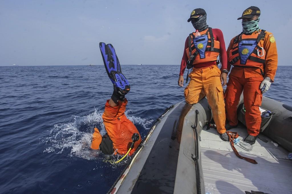 Tim SAR gabungan melakukan penyelaman saat melakukan mencari kotak hitam (black box) pesawat Lion Air bernomor registrasi PK-LQP dengan nomor penerbangan JT 610 di perairan Tanjung Karawang, Jakarta, Kamis (1/11/2018) - ANT/Muhammad Adimaja.