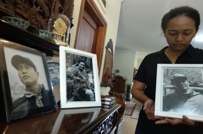 Aulia menunjukkan foto kakaknya, Andika, yang meninggal saat mendaki puncak gunung Cartenz di Papua, Senin, 5 November 2018, Medcom.id - Aditya
