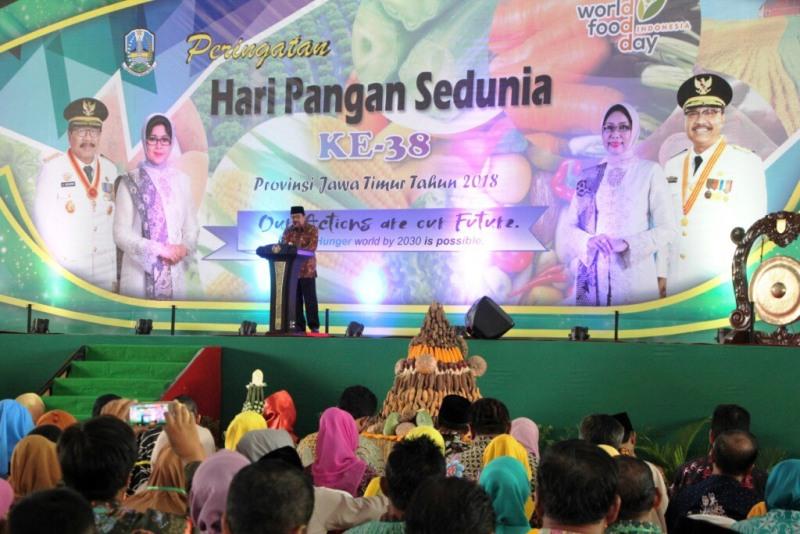 Gubernur Jawa Timur Soekarwo saat membuka Peringatan Hari Pangan Sedunia ke-38 Provinsi Jatim Tahun 2018 di Jatim Expo, Surabaya, Senin, 5 Oktober 2018. (Medcom.id/Amal).