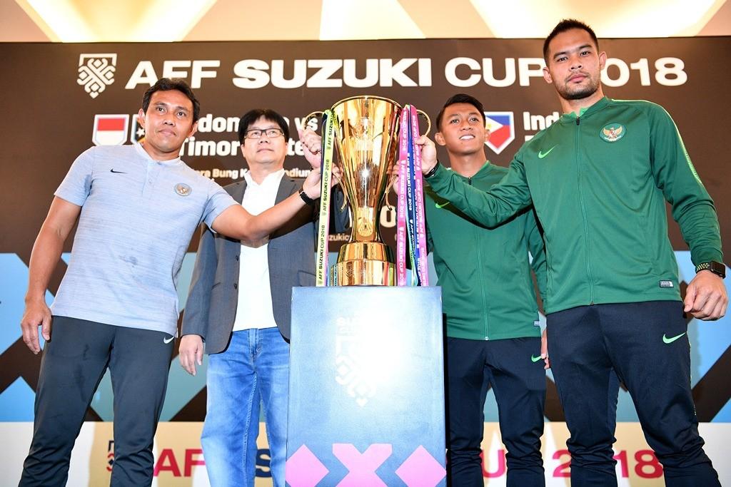 Trofi Piala AFF yang mampir ke Indonesia dan dipamerkan di mal Kota Kasablanka (ANTARA FOTO/Sigid Kurniawan)