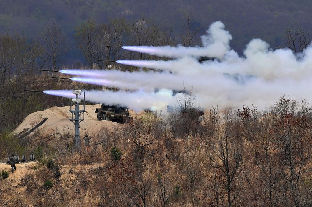 Peluncuran misil dalam latihan gabungan AS dan Korsel di Pocheon, 21 April 2017. (Foto: AFP/JUNG YEON-JE)