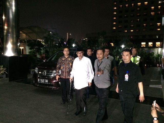 Bupati Bandung Barat Abu Bakar (baju putih) tiba di Gedung KPK, Rabu (11/4) malam. Foto: Medcom.id/Juven Martua Sitompul