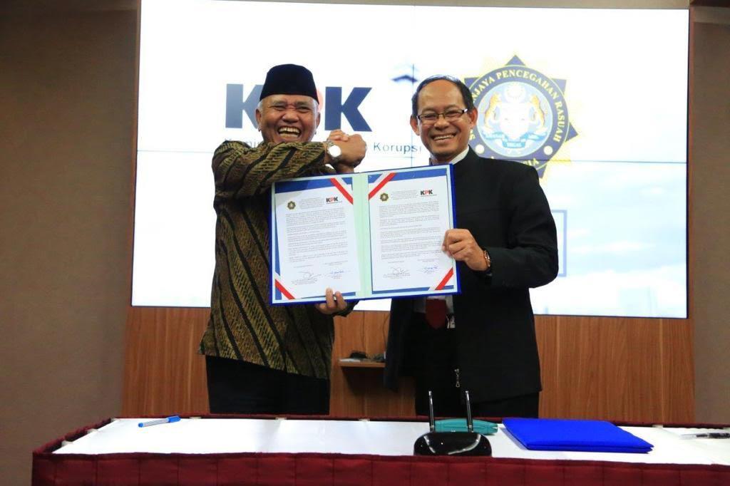 Ketua KPK Agus Rahardjo (kiri) dan Chief Commisioner Dato' Sri Mohd Shukri bin Abdul (kanan) dalam penandatanganan MoU - Medcom.id/Juven Martua Sitompul.
