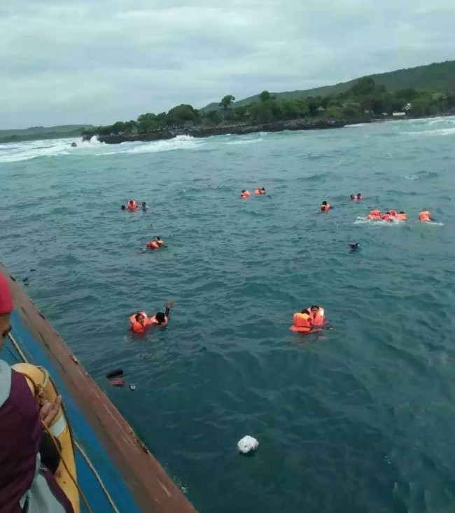 Sejumlah penumpang KM Lestari Maju menyelamatkan diri dengan terjun ke perairan. (Foto: Istimewa)