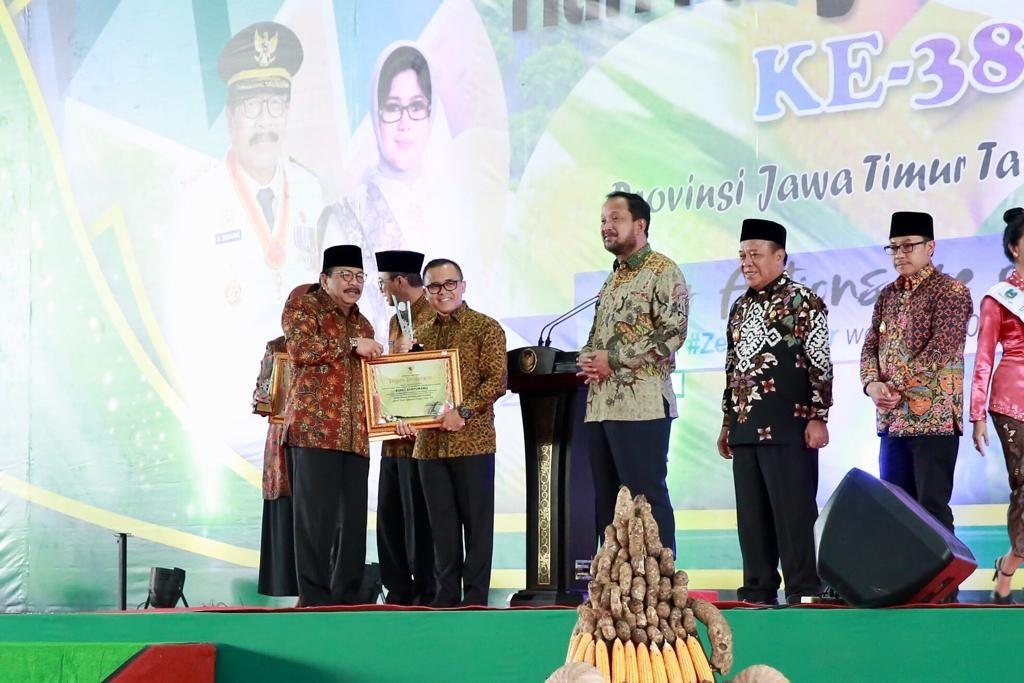 Gubernur Jatim Soekarwo saat memberikan penghargaan sektor pertanian kepada Bupati Banyuwangi Abdullah Azwar Anas, pada acara peringatan Hari Pangan Sedunia di Surabaya, Senin, 5 Oktober 2018. (Medcom.id/Amal).