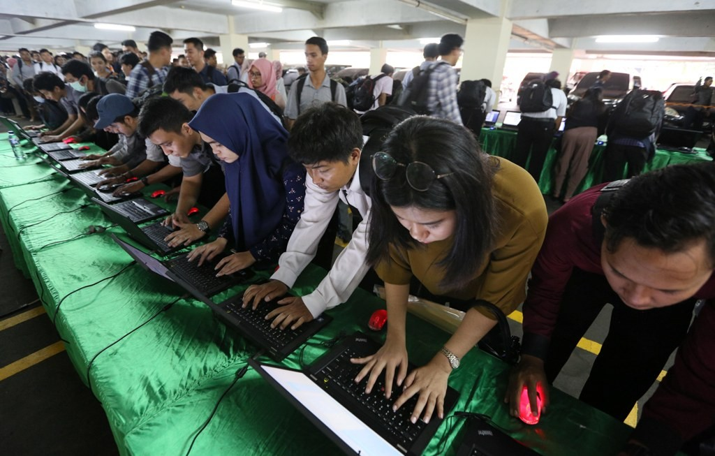 Ribuan pencari kerja mengisi data saat mendatangi pameran Indonesia Career Expo 2018, MI/Ramdani.