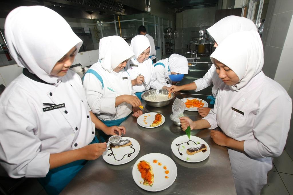 Siswa SMK jurusan tata boga tengah mempraktikkan membuat makanan pembuka, MI/Bary Fathahilah.