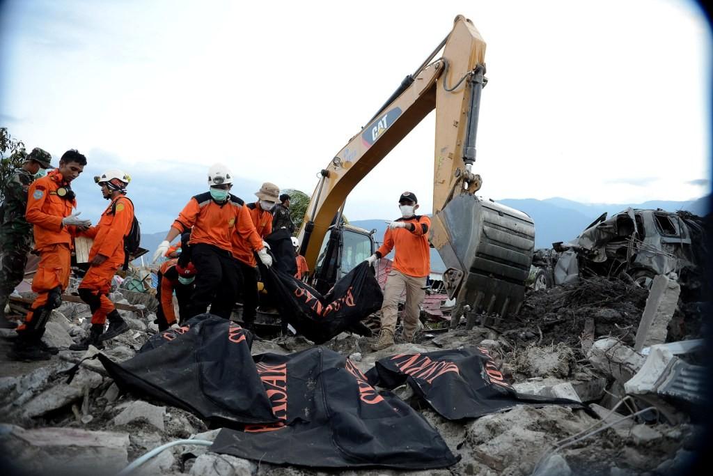 Anggota Basarnas mengevakuasi jenazah yang terjebak reruntuhan bangunan mencari korban gempa di Perumahan Nasional Balaroa, Palu Barat, Sulawesi Tengah. Foto: MI/Susanto.