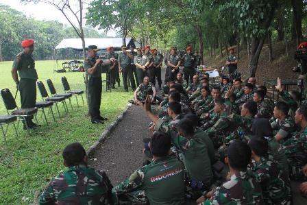 KSAD Jenderal TNI Mulyono saat meninjau