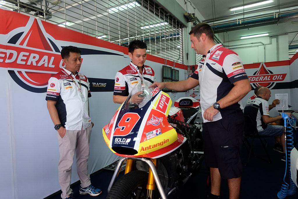Mekanik Indonesia berkunjung ke paddock Federal Oil Gresini Moto2. Federal Oil