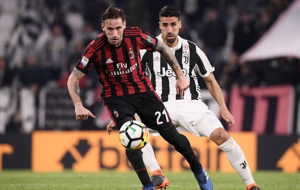 Momen saat gelandang Juventus Sami Khedira berduel dengan gelandang AC Milan Lucas Biglia pada final Coppa Italia 2017--2018 (Foto: AFP/Marco Bertorello)