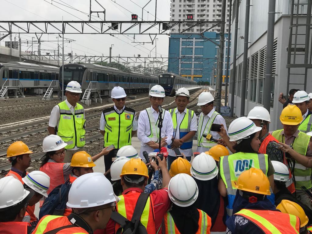 Presiden Joko Widodo saat meninjau proyek MRT. Foto: Medcom.id/Achmad Zulfikar Fazli.