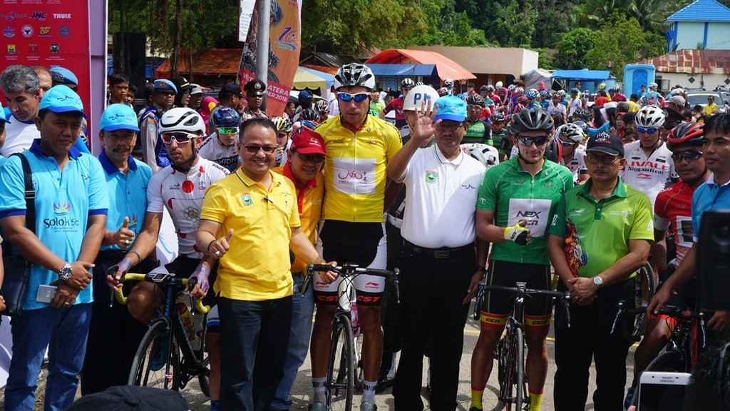 Para stakeholder sebelum melepas para pembalap memulai start etape 3 (Foto: Kautsar Halim/Medcom.id)