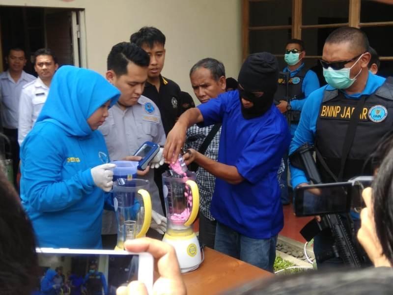 BNNP Jawa Barat melakukan pemusnahan berbagai macam jenis narkotika di Kantor BNNP Jawa Barat, Antapani, Kota Bandung, Selasa 6 November 2018