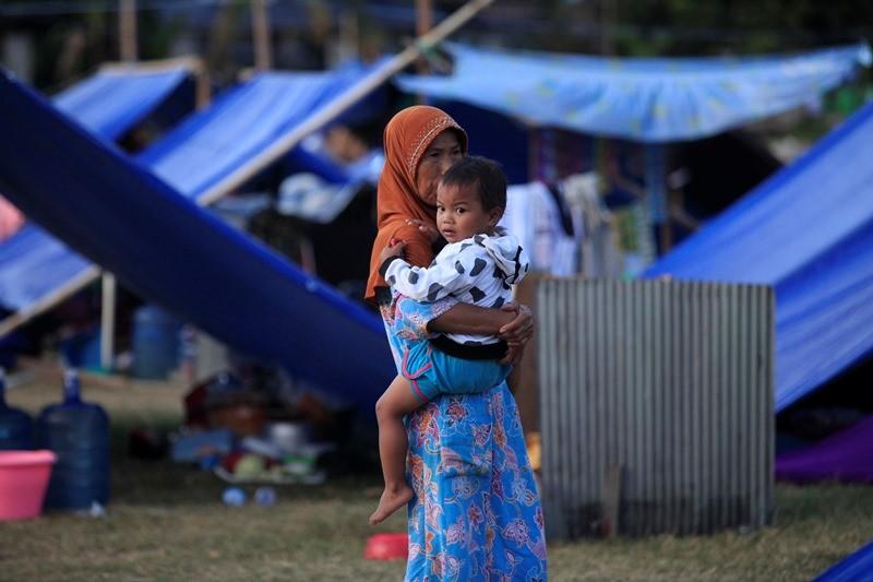 Pengungsi korban gempa, tsunami dan likuifaksi di lokasi pengungsian lapangan Masjid Agung Darussalam, Kamonji, Palu Barat, Palu, Sulawesi Tengah, Rabu (10/10). MI/RAMDANI.