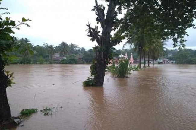 The flash flood has destroyed hundreds of homes in three districts (Photo:Medcom.id/Kristiadi)
