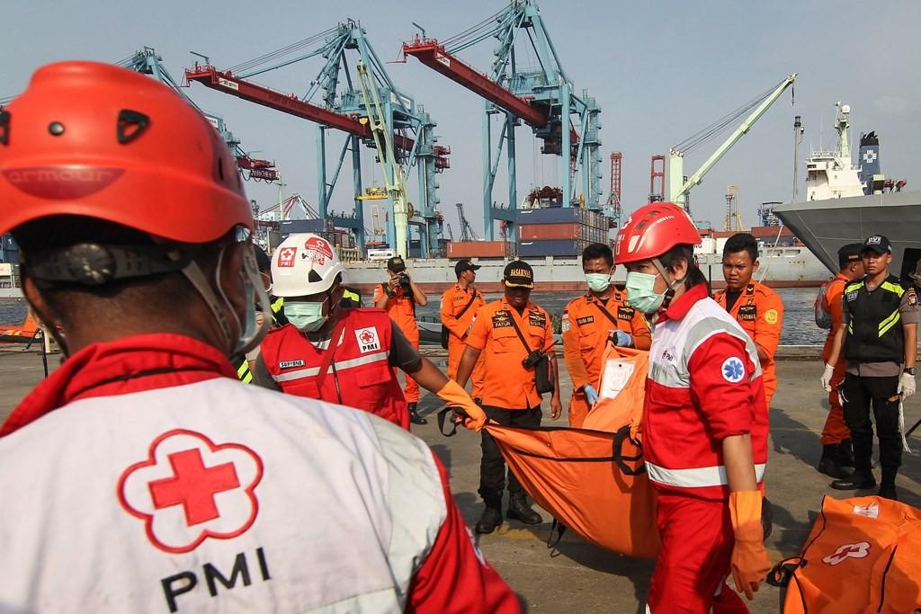 Petugas membawa kantong jenazah korban jatuhnya pesawat Lion Air JT 610 di Pelabuhan Tanjung Priok, Jakarta. (ANT/Dhemas Reviyanto)
