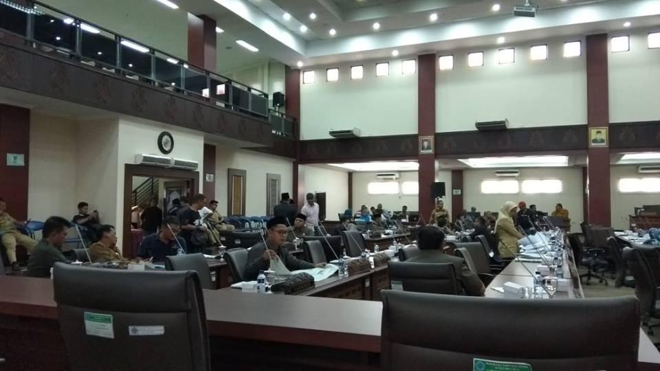 Warga Brebes bagian selatan sujud syukur usai DPRD dan Pemkab Brebes menyetujui DOB Brebes Selatan di Gedung DPRD Kabupaten Brebes. Medcom.id/Kuntoro Tayubi
