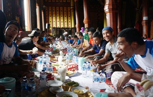 Para pembalap TdS 2018 menikmati makan bajamba di Istana Pagaruyung-Medcom.id/Zam