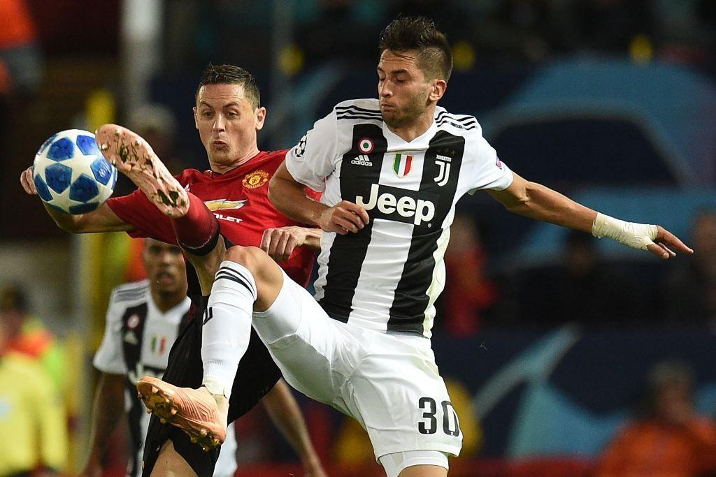 Gelandang Juventus, Rodrigo Bentancur (kanan) berebut bola dengan gelandang Manchester United, Nemanja Matic (AFP/Oli Scarff)