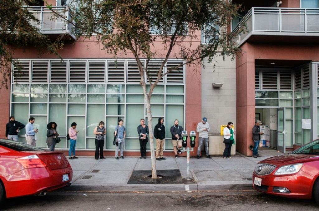 Warga mengantre untuk menggunakan suara mereka dalam pemilu sela di San Diego, California, AS, 6 November 2018. (Foto: AFP / Ariana Drehsler)