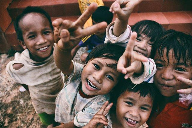 Beberapa penelitian menunjukkan bahwa orang tua memperlakukan anak secara berbeda berdasarkan jenis kelamin, mulai dari saat mereka lahir. (Foto: Larm Rmah/Unsplash.com)