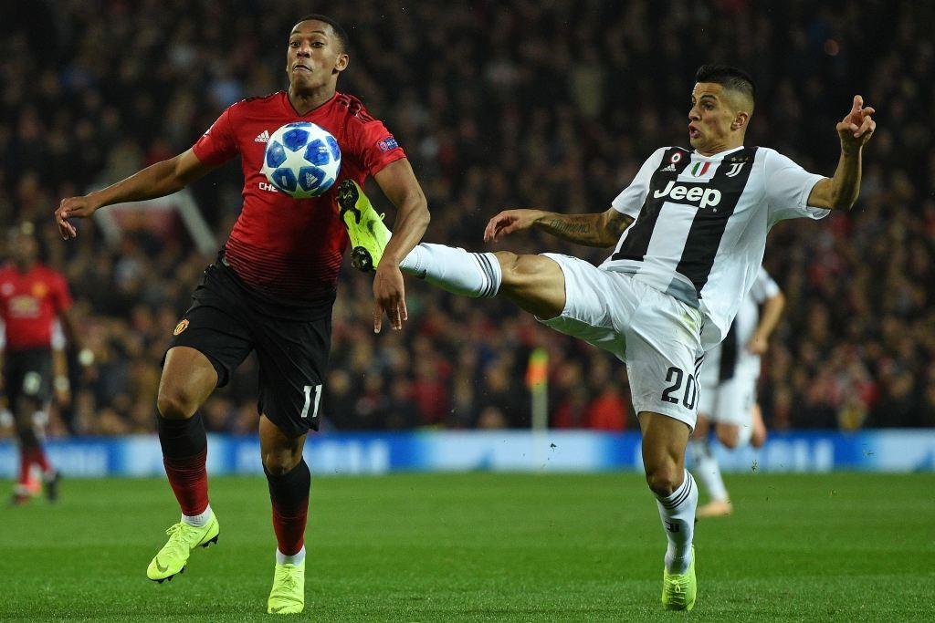 Bek Juventus, Joao Cancelo (kanan) berjibaku dengan penyerang Manchester United, Anthony Martial (AFP/Oli Scarff)