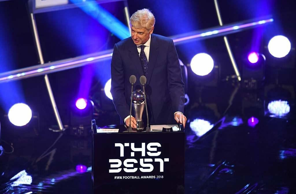 Arsene Wenger mempersembahkan trofi Pelatih Pria Terbaik FIFA (AFP/Ben Stansall)