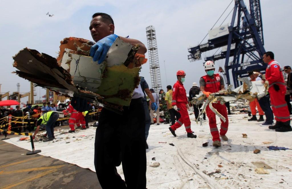 Petugas gabungan memindahkan puing-puing pesawat Lion Air JT 610 ke dalam truk milik KNKT di Dermaga JICT 2,Tanjung Priok, Jakarta Utara. Foto: MI/Ramdani.
