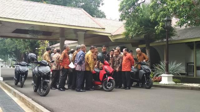 Presiden Joko Widodo menjajal motor listrik/Medcom.id/Fikar