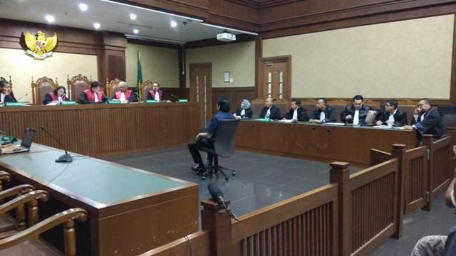 Sidang pembacaan dakwaan advokat Lucas. - Foto: Medcom.id/Fachri Audhia Hafiez